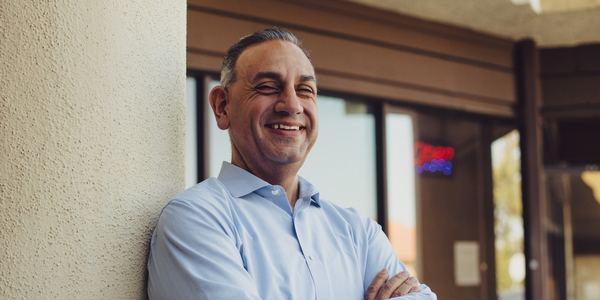 De Democraat Gil Cisneros kleurde het laatste Republikeinse Congresdistrict in Orange County blauw (foto: Reuters)