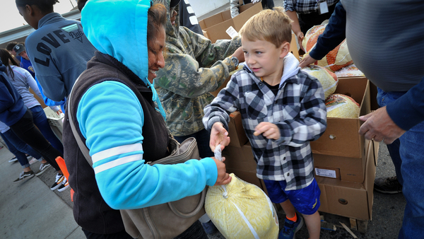 Catholic Charities gives away 1,200-plus Thanksgiving meals | The Fresno Bee