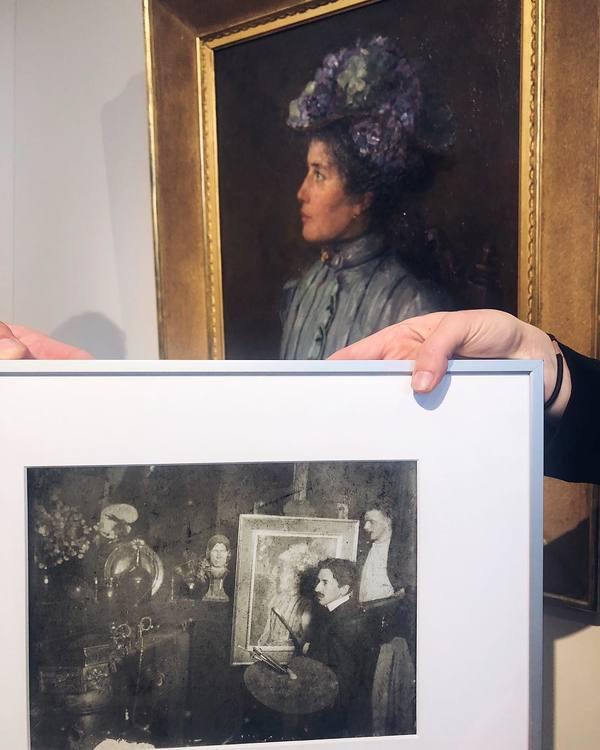 Overhandiging van 'de foto' door Wietse Coppes (RKD) op de stand van Van Wisselingh & Co tijdens de PAN Amsterdam.