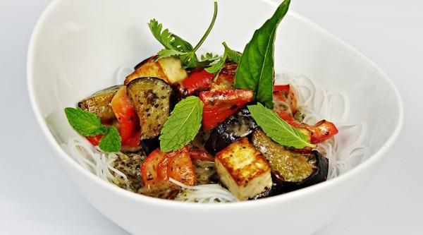 Wokgerecht met aubergine, tofu en zwarte peper.