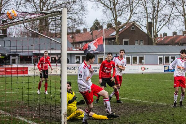 De Zwerver weet weer wat winnen is. Klik op de foto (Peter Lodder Fotografie) voor het verslag.