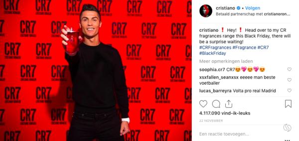 Cristiano Ronaldo met z'n eigen producten op z'n eigen kanaal.