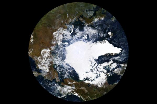 De afgelopen dertig jaar heeft de Noordpool 95% van haar dikste en oudste ijslaag verloren (foto: NASA)