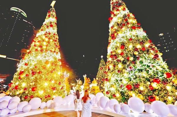 Het is alleen kerstmis bij de shoppingmalls, zoals hier bij Central World.