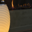 Deze slimme speaker-lamp is echt van alle markten thuis