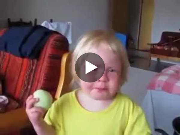 Kid eats raw onion like it was an apple😂