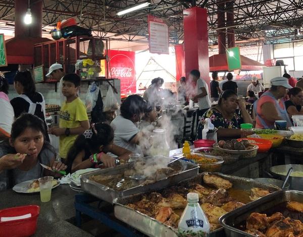 Eten op de markt van Santa Cruz