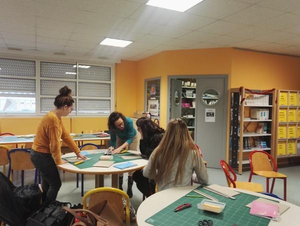 Atelier cartonnage de carnets de vie au CDI pour les T ASSP lundi 07 et 14 janvier