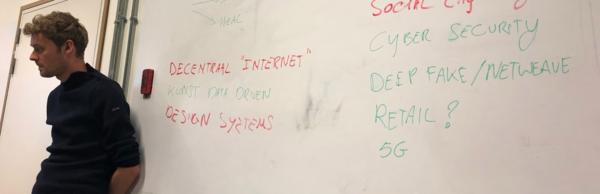 Olivier dus, voor zo een whiteboard, en er waren er nog twee van die borden.