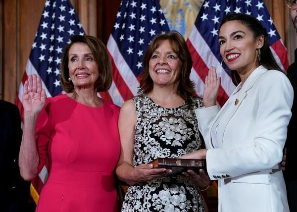 Alexandra Ocasio-Cortez (rechts) bij haar beëdiging als Congreslid (foto: Reuters)