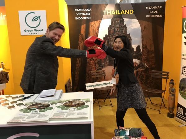 De leiding van Green Wood Travel demonstreert Thai boksen op de Vakantiebeurs.