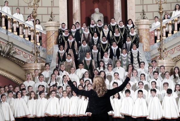Een koor zingt tijdens de start van het Roemeens voorzitterschap
