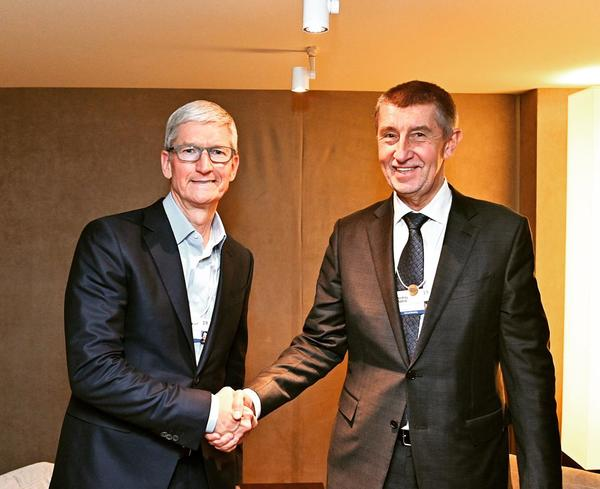 Tim Cook a Andrej Babiš v Davosu, zdroj: twitter.com