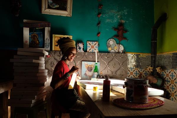 """Cape Town'ın """"tehlikeli"""" mahallerinden birinde pizza kutusu boyayan kadın, en sevdiğim fotoğraflarımdan"""
