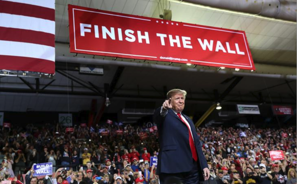 Trump op een campagnebijeenkomst in El Paso, vlakbij de grens met Mexico (foto: Reuters)