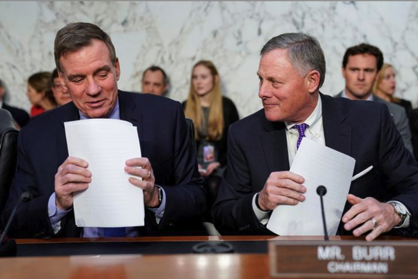 De senatoren Mark Warner (Democraat, links) en Richard Burr (Republikein) en (foto: Reuters)