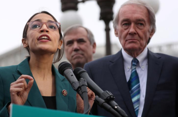 Congreslid Ocasio-Cortez (links) presenteert de New Green Deal (foto: Reuters)