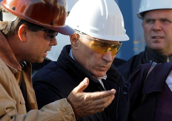 De Russische president Poetin inspecteert de gaspijpleidingen