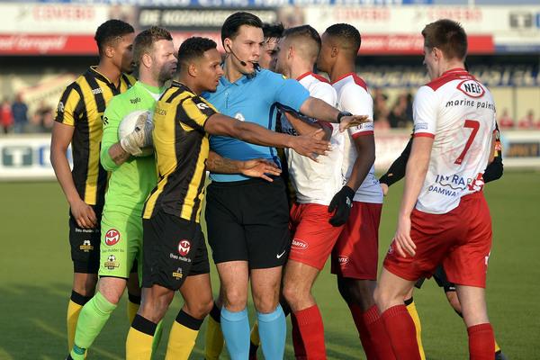 Doelman Nils den Hartog hield Kozakken Boys op de been tegen Rijnsburgse Boys. Klik op de foto (Teus Admiraal) voor het verslag.