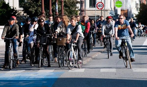 Cyclistes... pas tous arrêtés - Wikimedia