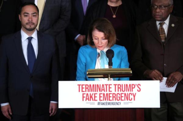 De Democratische leider Nancy Pelosi maakt de motie bekend (foto: Reuters)