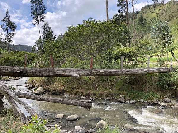 Boomstambrug bij de Quilotoa-loop.