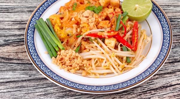 Thaise pad thai met tofu.