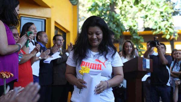 """""""María Orellana receives the release certificate after the Supreme Court of El Salvador commuted her sentences in Ilopango, El Salvador""""(El Salvador). Foto/EFE"""