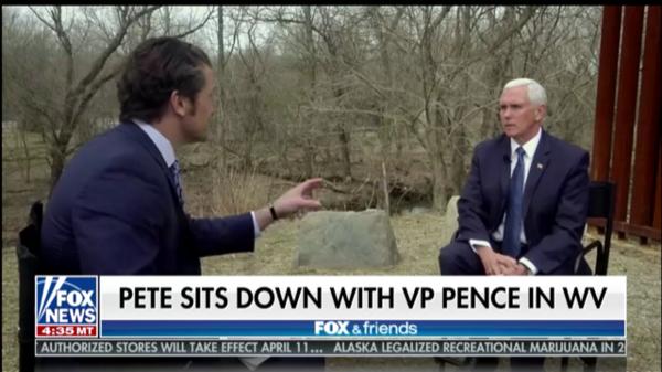 Hegseth, Pence vor einer Grenzzaun-Attrappe (Screenshot/Fox News)