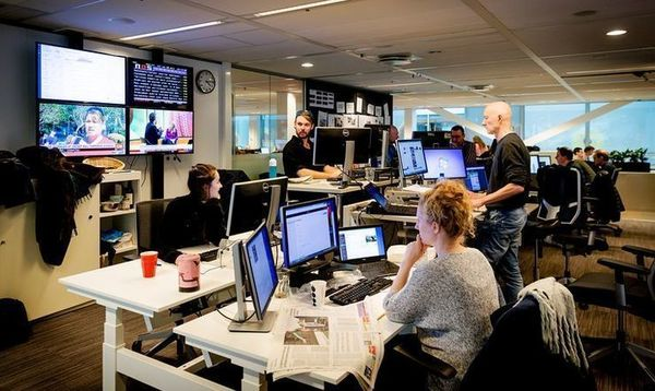 Een vloedgolf aan geruchten en snippers informatie: zo deed de Volkskrant-redactie maandag verslag van de aanslag in Utrecht