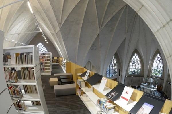 Une bibliothèque flottante dans l'église - West-Vlaamse kerk pakt uit met zwevende bibliotheek -