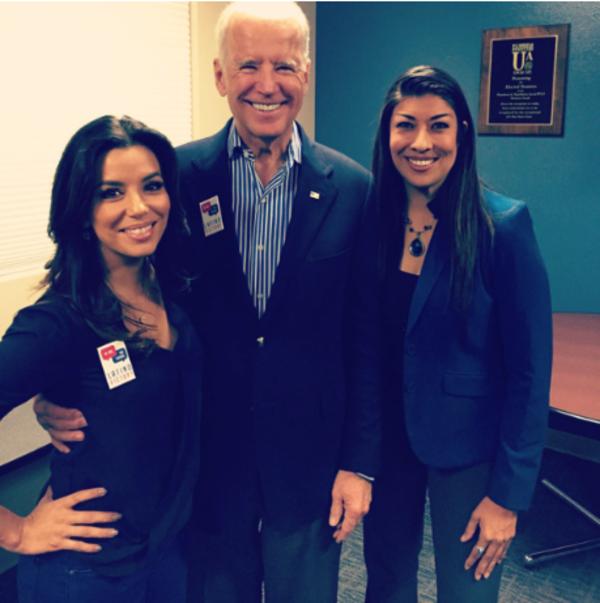 Joe Biden met rechts Lucy Flores