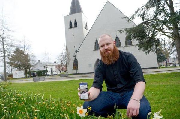 """Le prêtre d'Izegem rappe pour ses fidèles - Izegemse pastoor rapt: """"Op deze manier mensen naar kerk brengen"""" -"""