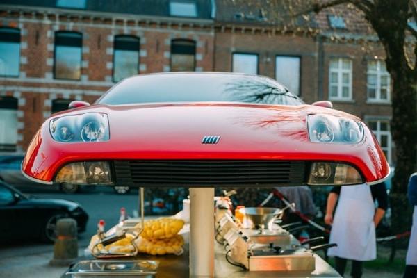 Une friterie installée dans une voiture coupée en deux - In tweeën gesneden auto wordt frituur