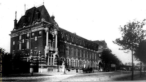 L'Institut Pasteur de Lille a 120 ans : c'est ici qu'a été découvert le vaccin contre la tuberculose - Ontdekkers tuberculosevaccin blazen 120 kaarsjes uit