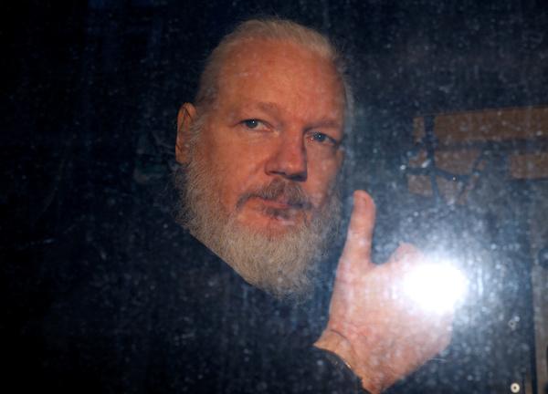 Julian Assange in een politiebus na zijn arrestatie in Londen (foto: Reuters)