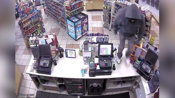 Deputies hunt for man behind bizarre robbery at AM/PM in Selma | abc30.com
