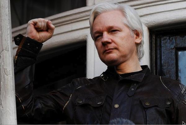 Julian Assange op het balkon van zijn kamer in de ambassade van Ecuador (foto: Reuters)