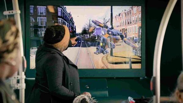 Kunsthal verrast Rotterdamse tramreizigers met A Journey into the Unknown
