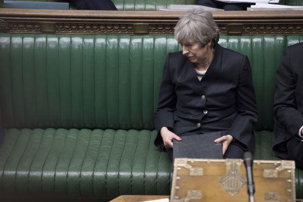 Een eenzame premier May in het parlement
