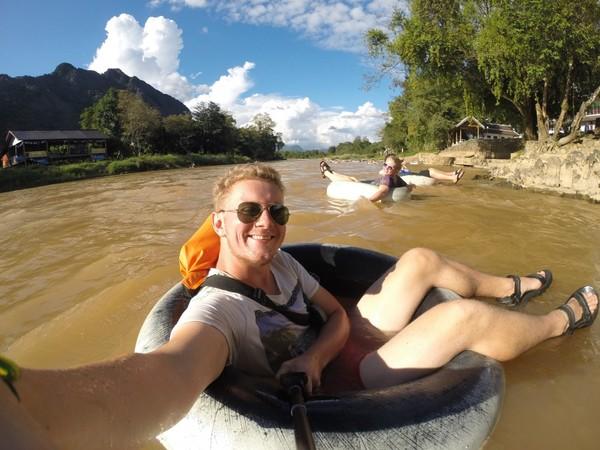Dobberen op de Nam Song rivier.