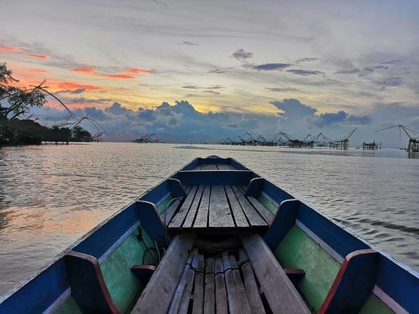 Langzaam beweegt je bootje zich over het stille water.
