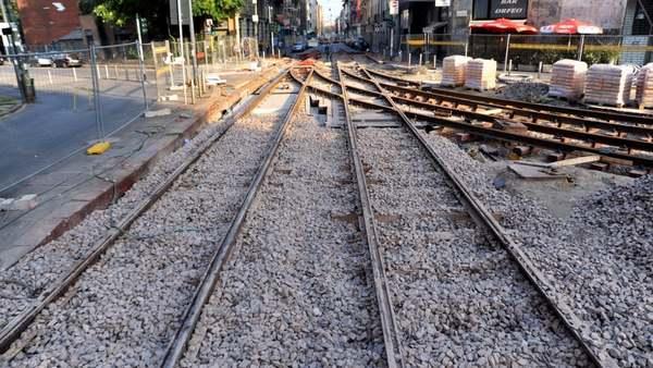 """Via i binari morti del tram: a Milano 18 chilometri di rotaie inutilizzate. """"Un pericolo per pedoni e ciclisti"""""""