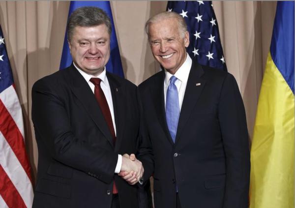 De toenmalige Oekraïense president Petro Poroshenko en Joe Biden in 2016 (foto: Reuters)