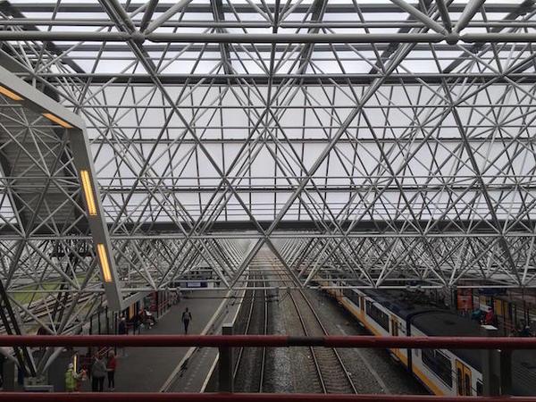 Station Zaandam van rood naar grijs | De Orkaan