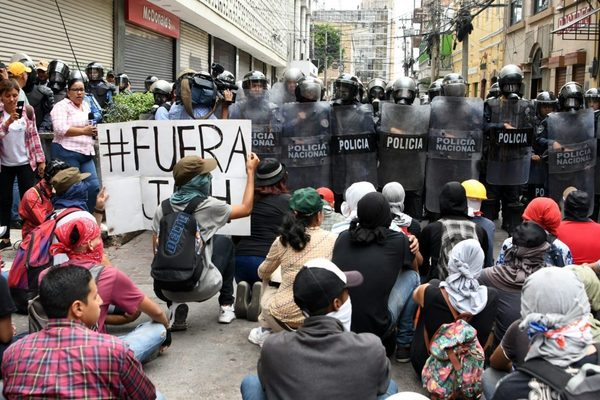 Protests in Tegucigalpa, Honduras, April 30, 2019. Photo by Orlando Sierra/AFP/Getty Images