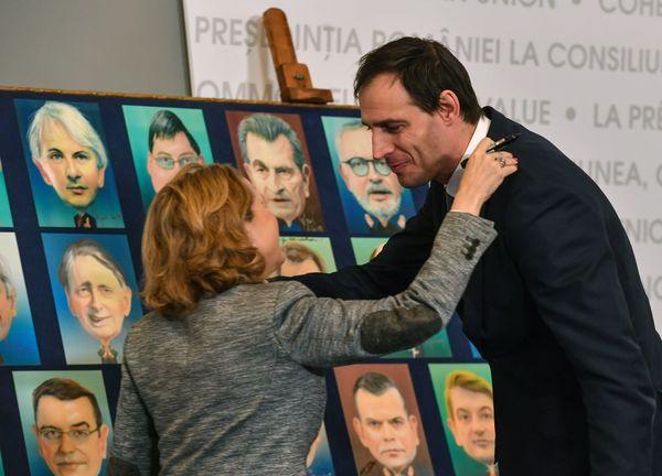 Minister Hoekstra met zijn Spaanse collega voor een bord met tekeningen van de EU-ministers van Financiën.