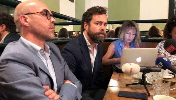 Ivan Espinosa van Vox, midden, en lijsttrekker voor Europa Jorge Buxadé, links, tijdens een ontmoeting met correspondenten in Madrid. Foto Rop Zoutberg