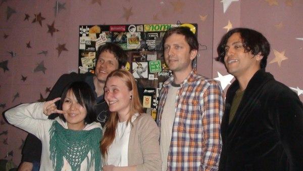 Группа Deerhoof за кулисами. На саундчеке они играли Ramones и это было факинг осом