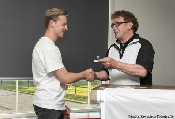 Willem van Hanegem reikt bij ASV Arkel speciale ring uit aan Frenkie de Jong